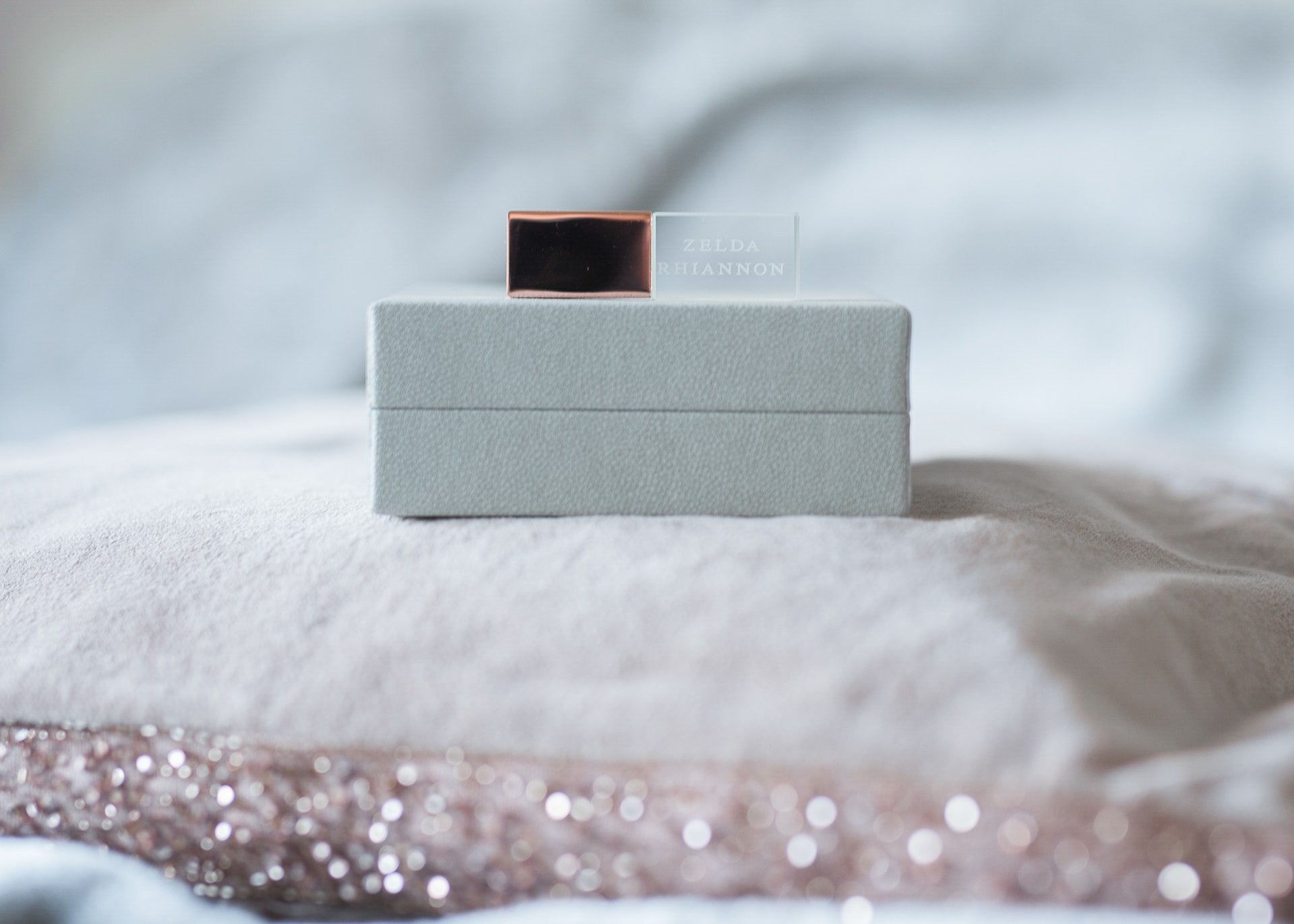 a usb with a rose gold lid on a grey box